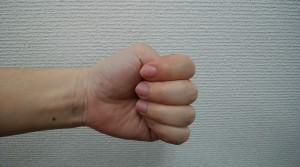 腱鞘炎 テスト 親指を入れてグーを作る