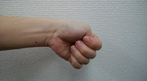 腱鞘炎 テスト 親指を入れて作ったグーを小指の方向に曲げる